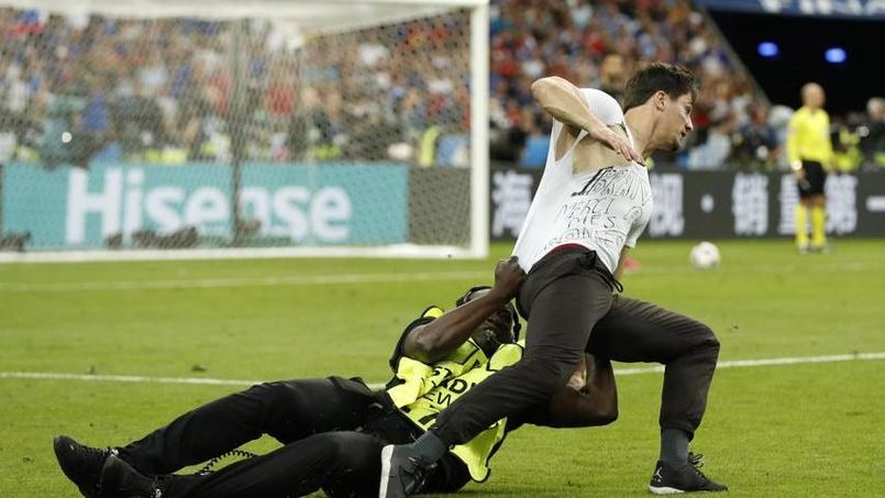 Un supporteur fait irruption sur la pelouse pendant la finale