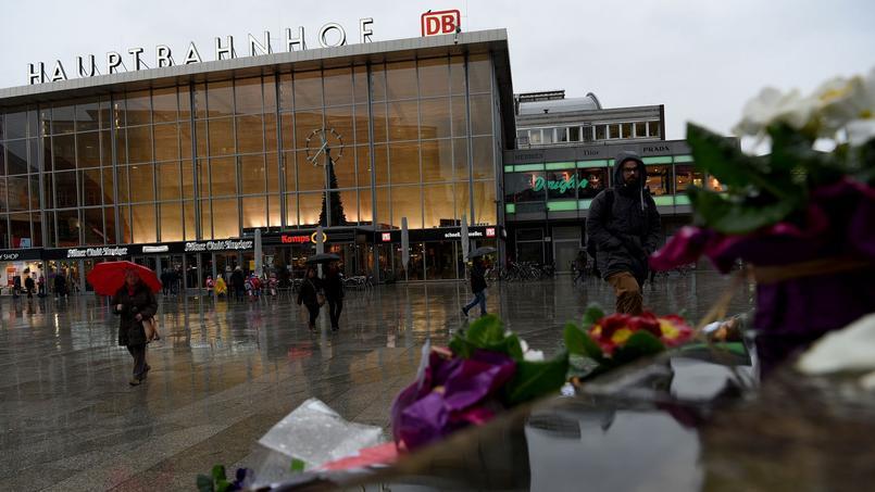 Des fleurs ont été posées en signe de protestation devant la gare principale de Cologne, où ont eu lieu la majorité des agressions.