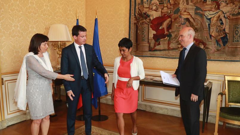 Annick Girardin et Manuel Valls (à gauche) reçoivent, ce mardi, le rapport de Yannick L'Horty (AFP PHOTO / JACQUES DEMARTHON).