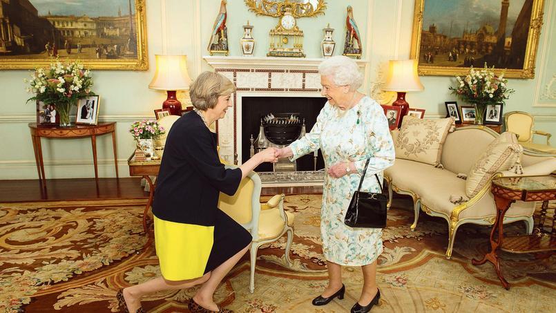 Theresa May a été reçue, mercredi au palais de Buckingham, par la reine Elizabeth II qui l'a chargée de former le nouveau gouvernement.