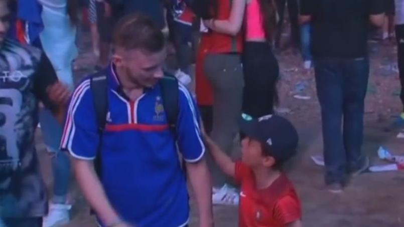 Mathis, le petit supporter portugais console un supporter français anonyme en larmes après la finale.