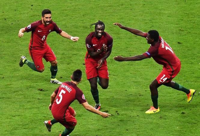 Les coéquipiers d'Eder s'apprêtent à lui sauter dessus après son but contre la France.