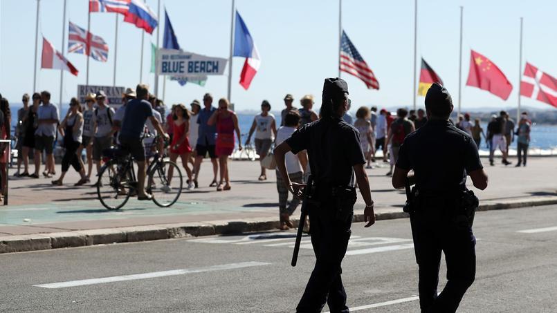 Des policiers patrouillent sur la promenade des Anglais, samedi, deux jours après l'attentat qui a fait 84 morts.