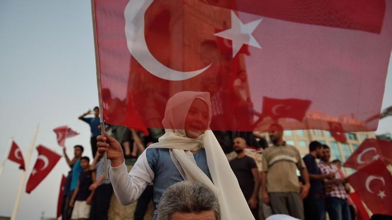 Des manifestants défilent en soutien au président Erdogan le 16 juillet.