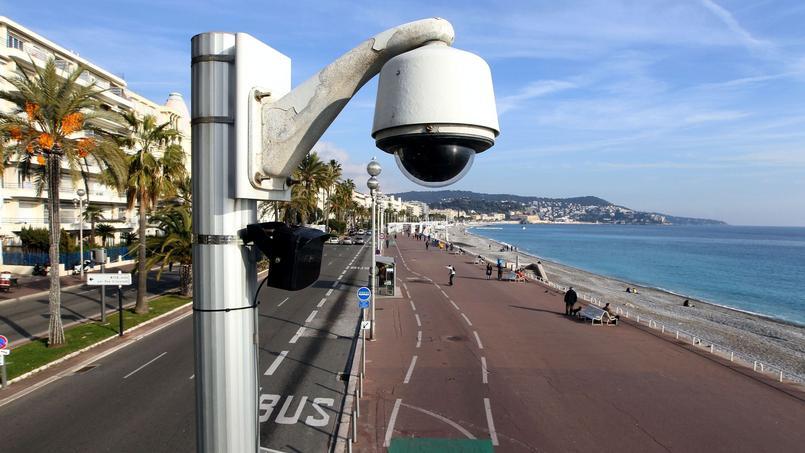 Une caméra de surveillance sur le front de mer, à Nice.