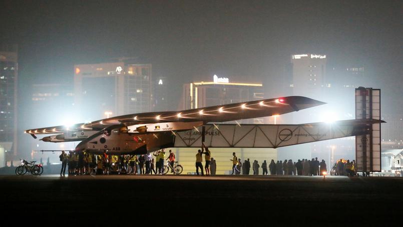 Solar Impulse 2 à son arrivée à Abou Dhabi, dans la nuit de lundi à mardi.