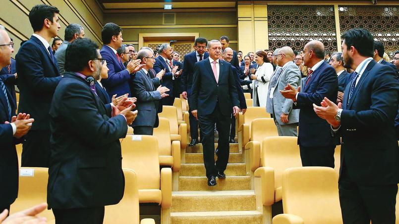 Recep Tayyip Erdogan applaudi, mardi à Ankara, où il présidait un forum économique avec des investisseurs internationaux.