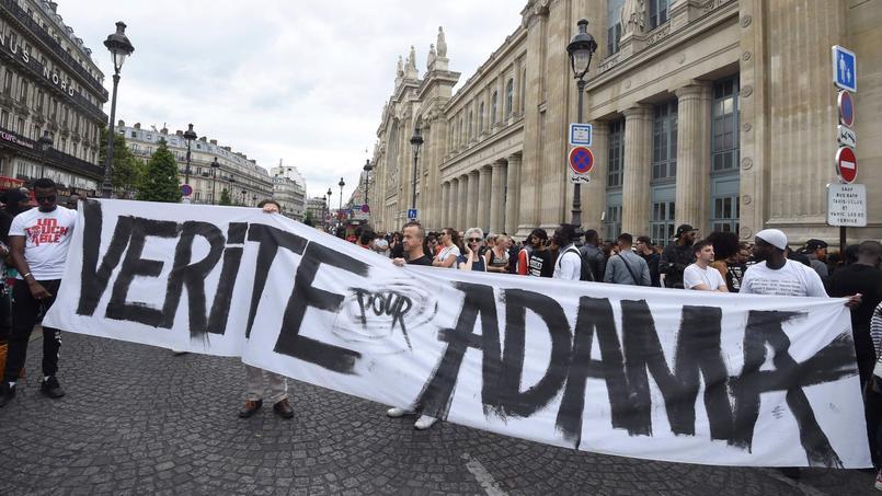 La famille d'Adama Traoré entend porter plainte pour «violence volontaire ayant entraîné la mort sans intention de la donner», explique le journal Le Monde.