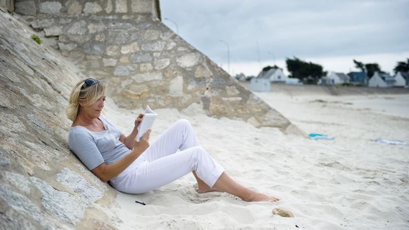 Marine Le Pen, sur une plage de la Trinité-sur-Mer en juillet 2010