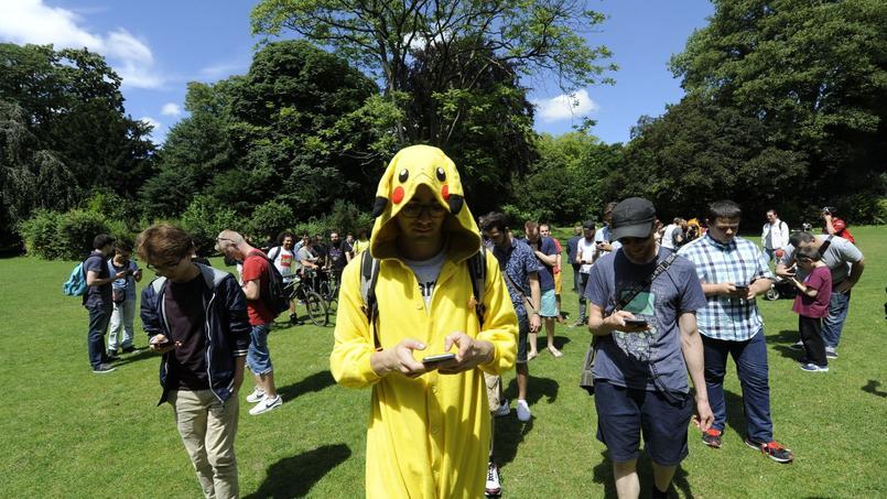 Des joueurs de Pokémon Go rassemblés pour chasser ensemble.