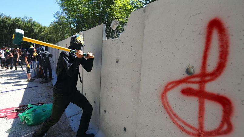 Le mur construit par l'Andra a été abattu par les militants antinucléaires.
