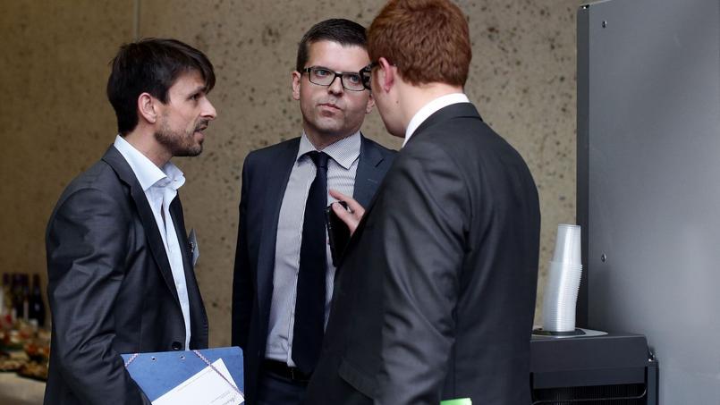 Le sénateur socialiste du Val-de-Marne, Luc Carvounas (au centre)