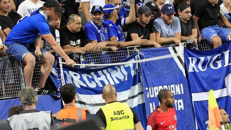 Lucas allait tirer un corner à la 66ème minute du match Bastia-PSG lorsqu'un supporter l'a heurté avec une hampe de drapeau.