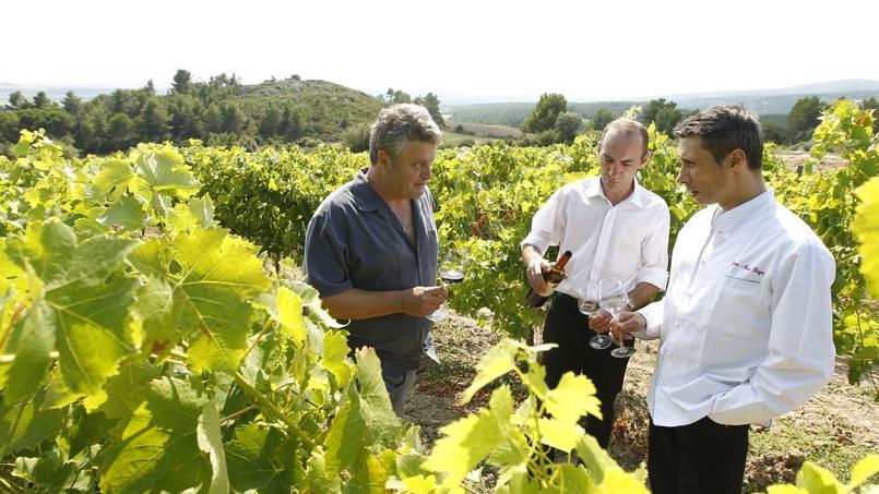 Michel Escande, vigneron, le sommelier Eric Gulet, et Jean-Marc Boyer, le chef cuisinier du restaurant gastronomique Le Puits du Trésor, à Lastours, près de Carcassonne.