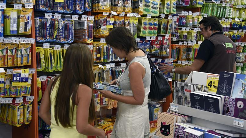 A la rentrée, les parents se procurent les fournitures scolaires des enfants