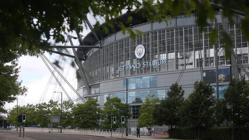 Un tunnel en verre en construction au stade de Manchester City