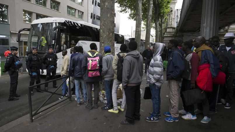 Des réfugiés pendant l'évacuation d'un camp à Paris.