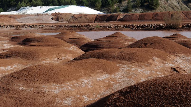 Des boues rouges sont stockées, en octobre 2010, sur le site de l'usine de Gardanne, où une technologie de filtrage a été partiellement mise en place à partir de 2007.