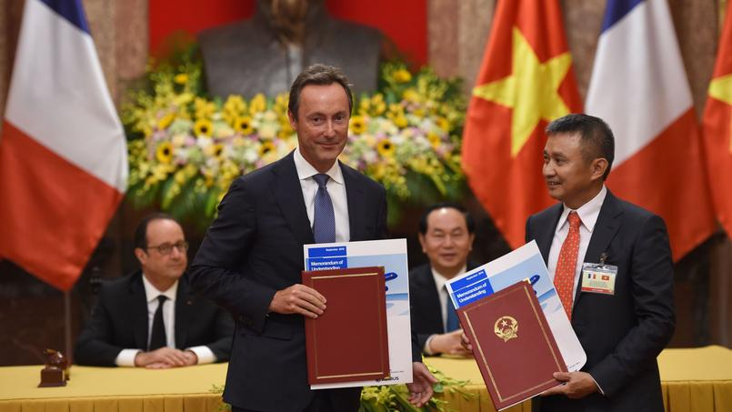 Fabrice Brégier, PDG d'Airbus, et Duong Tri Thanh, directeur général de Vietnam Airlines.