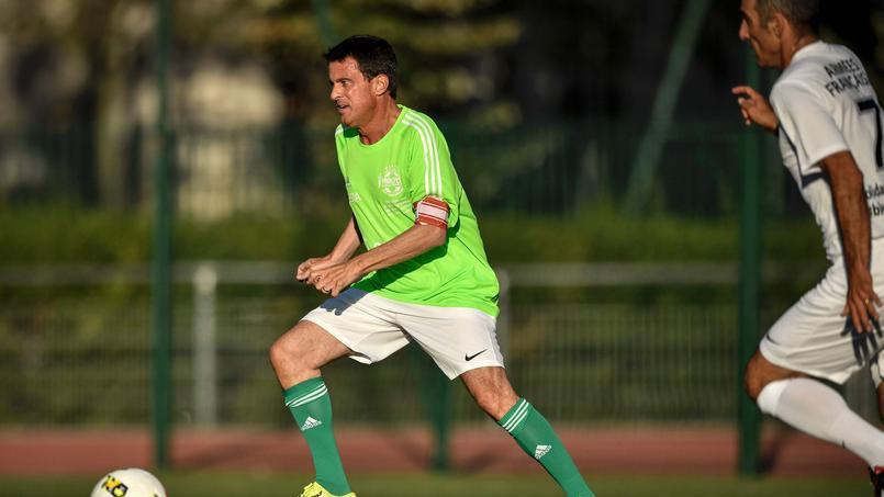 Quand Manuel Valls se mue en footballeur pour la bonne cause