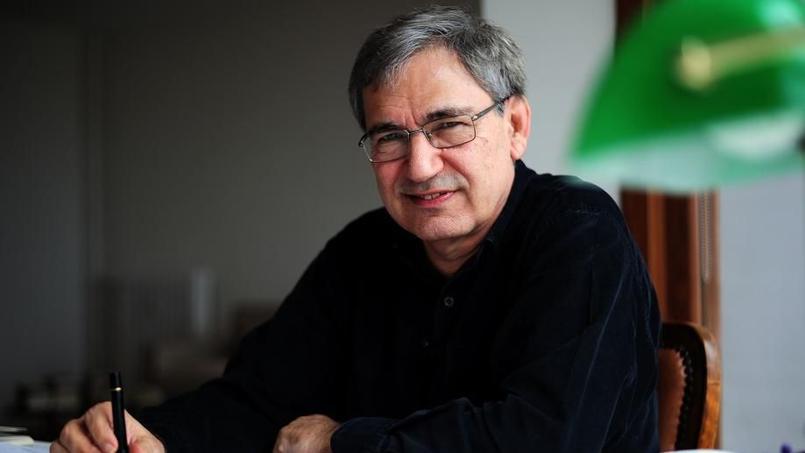 Le prix Nobel de littérature Orhan Pamuk lors d'une interview chez lui à Istanbul
