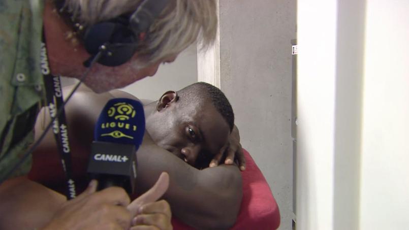 Mario Balotelli interviewé par Laurent Paganelli sur la table de massage dans les vestiaires.