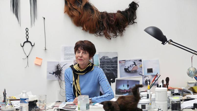 Annette Messager, «féministe à la française», est une conteuse très marquée par l'enfance, ses rêves, ses cauchemars, mais aussi par le surréalisme, le cinéma de Méliès, la littérature, les jeux.
