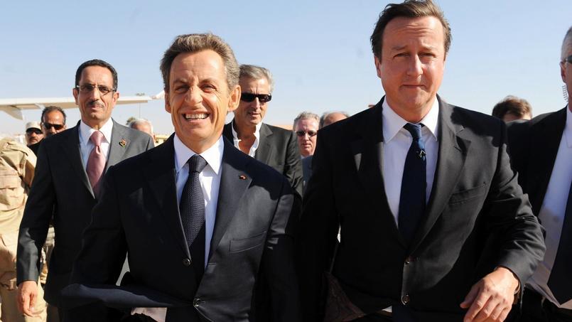 Nicolas Sarkozy et David Cameron à l'aéroport de Benghazi le 15 septembre 2011. Derrière eux, le philosophe Bernard Henri Lévy.