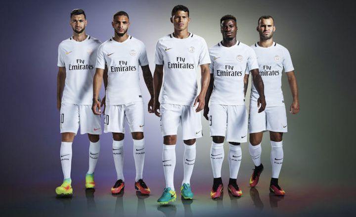Javier Pastore, Layvin Kurzawa, Thiago Silva, Serge Aurier et Jesé Rodriguez présentent la nouvelle tunique blanche.