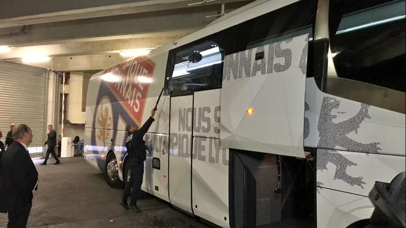 Le bus des Lyonnais, caillassé lors de son arrivée au Vélodrome.