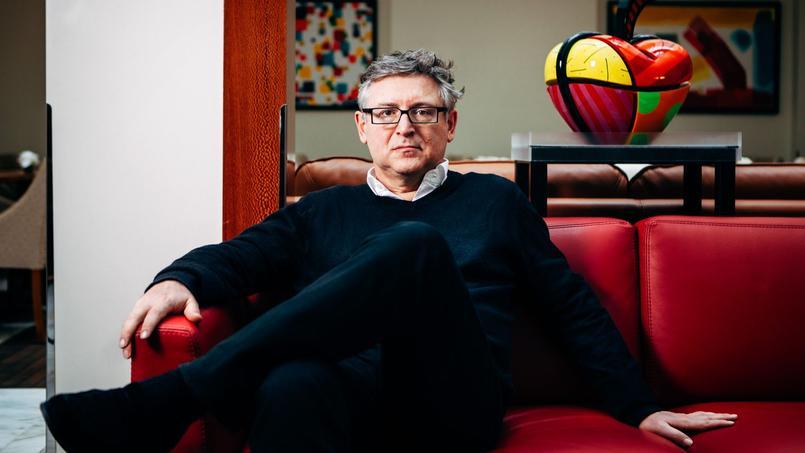 Le philosophe et essayiste Michel Onfray pose à l'Atlantic Hotel, en mars 2016 à Paris.