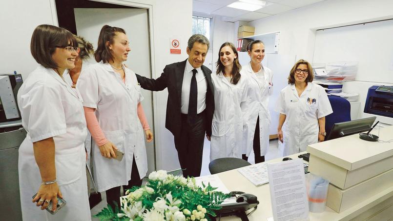 Nicolas Sarkozy en visite dans un centre de radiologie, lundi à Franconville (Val-d'Oise).