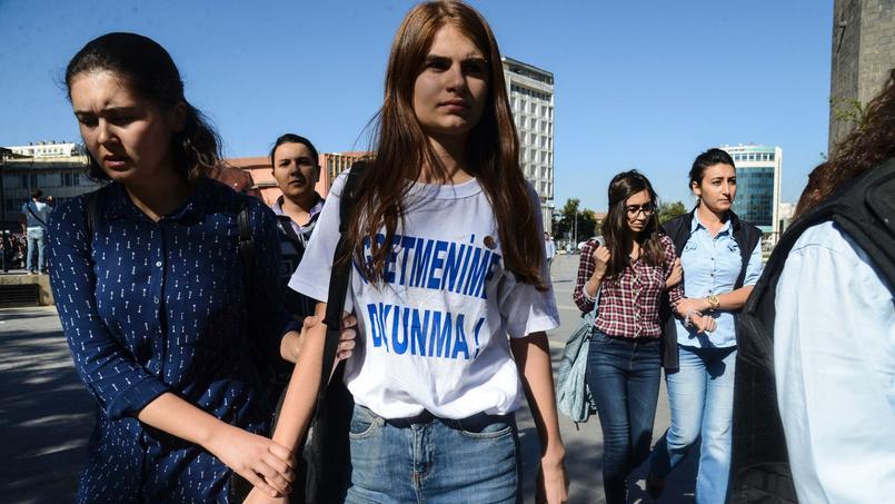 Une étudiante a été arrêtée à Diyarbakir car elle portait ce t.shirt sur lequel on peut lire: «Touche pas à mon prof».