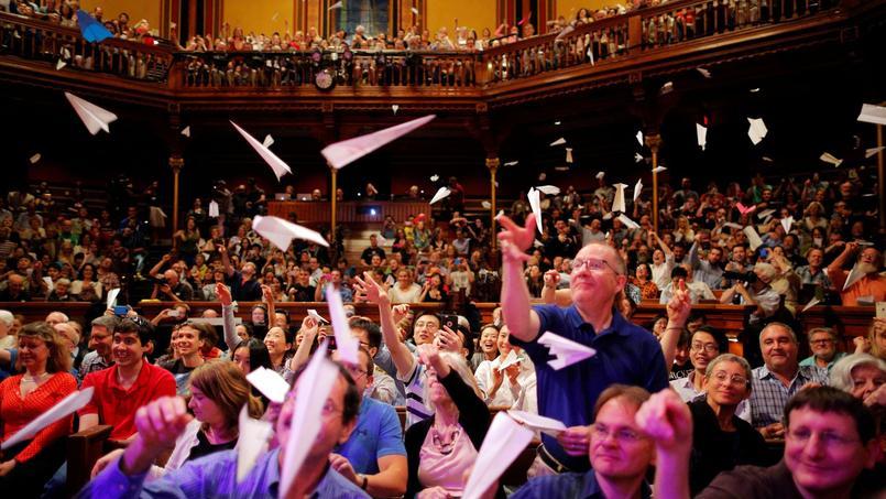 Moins austère que les véritables prix Nobel, la cérémonie des Ig-Nobel a été ponctuée de jets d'avions en papier pour saluer chacun des récipiendaires.