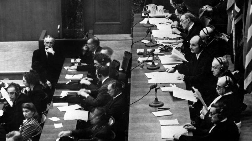 Vue de la salle d'audience lors du procès à Nuremberg des criminels de guerre en 1945-1946. À droite les huits juges qui composent le Tribunal, deux pour chaque nation alliée.