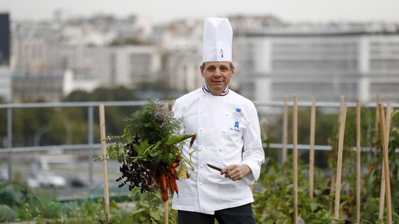 Le chef Éric Briffard, directeur des arts culinaires de l'institut Le Cordon Bleu à Paris, dans son potager situé sur le toit de l'école.