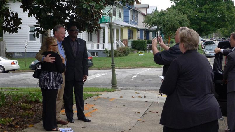 Le sénateur Tim Kaine se laisse photographier avec des membres de l'église de Richmond.