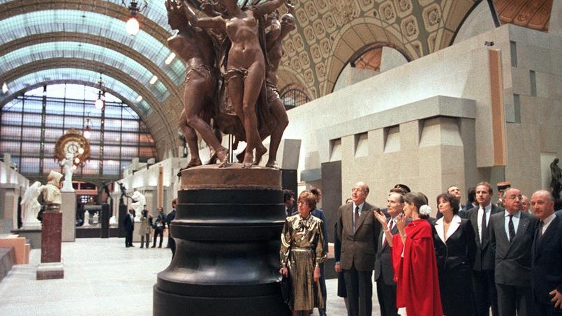 François Mitterrand suit les indications de son guide Anne Pingeot, en rouge, lors de l'inauguration du Musée d'Orsay, le 1er décembre 1986.