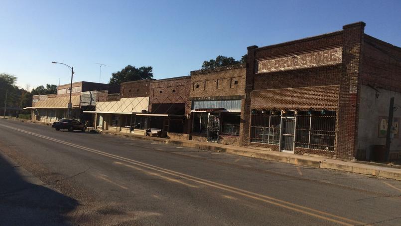 Des bâtiments abandonnés dans la rue principale d'Elaine.