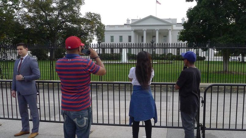 Les touristes se pressent devant la Maison-Blanche, à Washington.