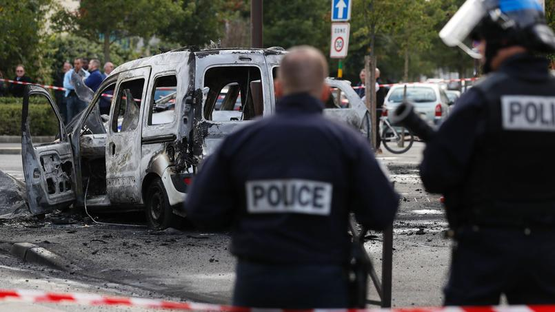 La voiture de police incendiée par des cocktails molotov aux abords de la Grande-Borne. Une agression qui n'est pas sans rappeler celle du quai de Valmy, à Paris, en mai dernier.