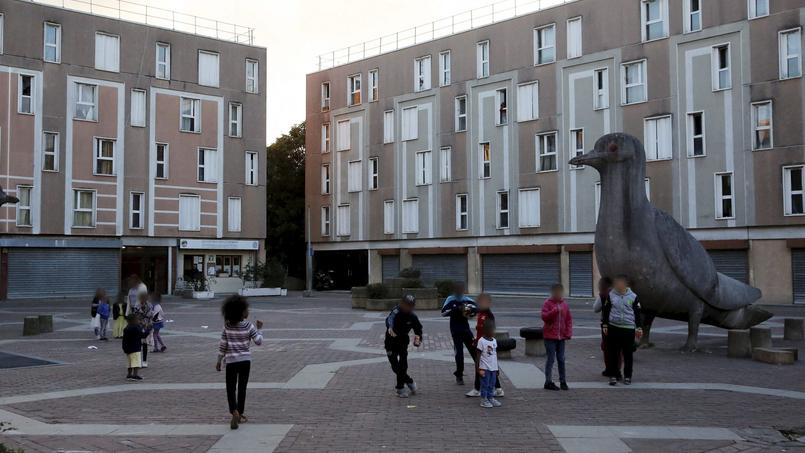 La cité, conçue au départ pour reloger les populations précarisées de la région parisienne, accueille aujourd'hui des populations de plus en plus pauvres.