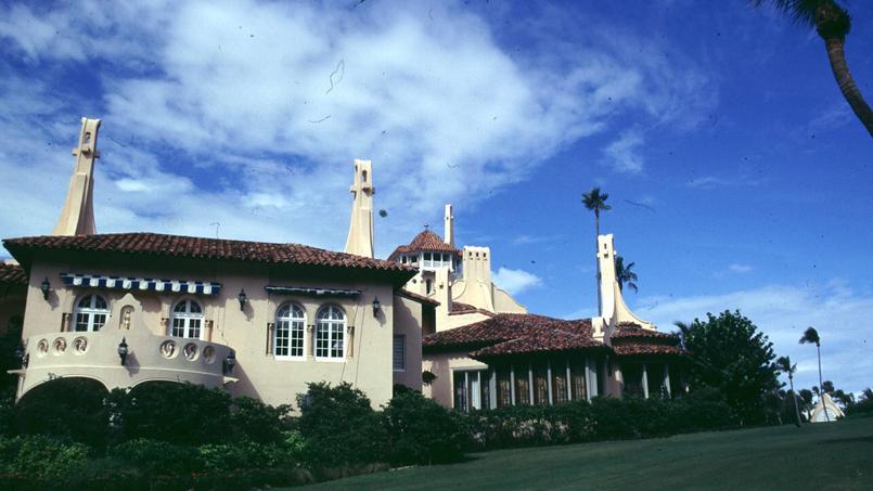 Une vue extérieure de la villa Mar-a-Lago de Trump.