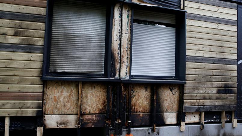 La fenêtre d'un des modules de bois qui compose le centre d'hébergement a été endommagée.
