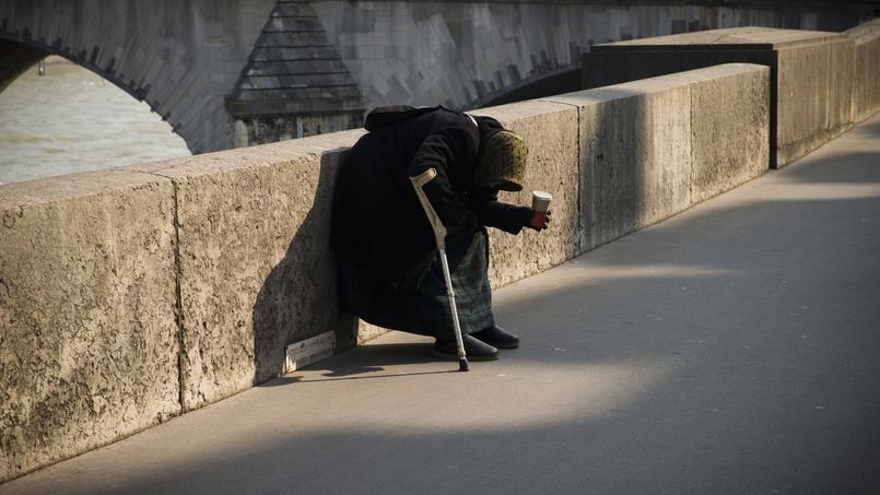 Une femme à la rue à Paris, en mars dernier.