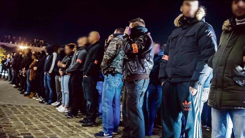 Des centaines de policiers ont manifesté sur les Champs-Élysées, lundi soir.