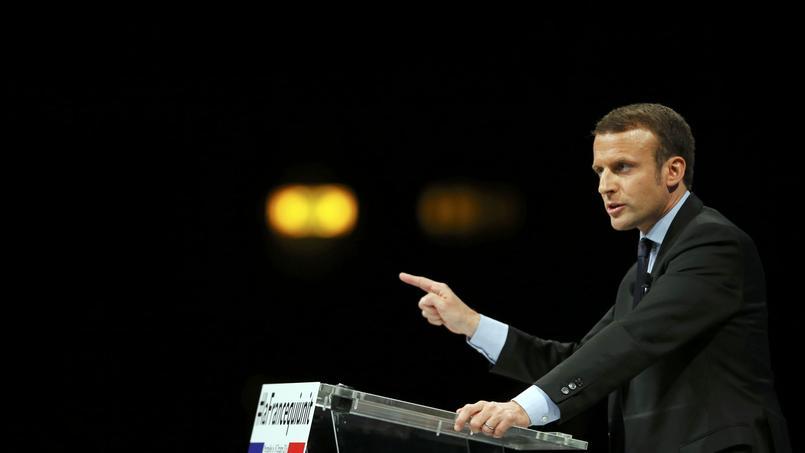 Emmanuel Macron, mardi, rencontre des membres de l'association Solidarité Dom-Tom dans le quartier de La Paillade, à Montpellier.