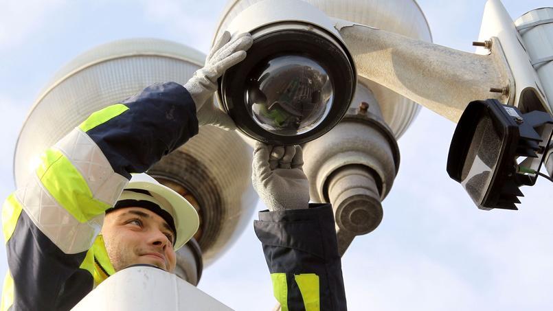 Un ouvrier effectue une opération de maintenance sur une caméra située sur la Promenade des Anglais à Nice (AFP/ Valéry Hache)