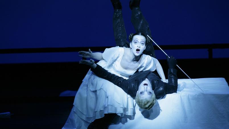 L'Opéra de quat'sous dans une mise en scène signée Bob Wilson, qui reprend l'esthétique du cinéma expressionniste.