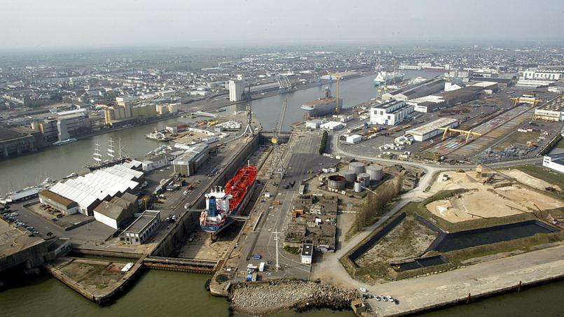 Une vue aérienne des chantiers navals de Saint-Nazaire, en avril 2005.